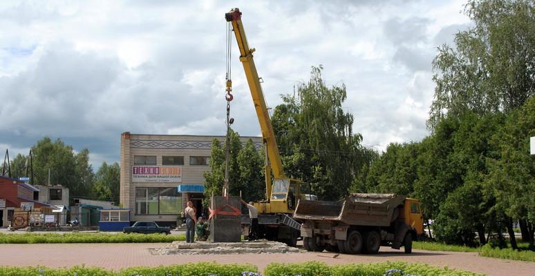 В Ямполі демонтують постамент колишнього пам'ятника Леніну