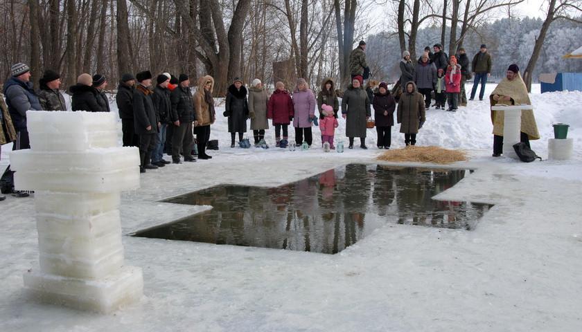 Хрещення в Ямполі: охочих скупатись у крижаній воді було чимало