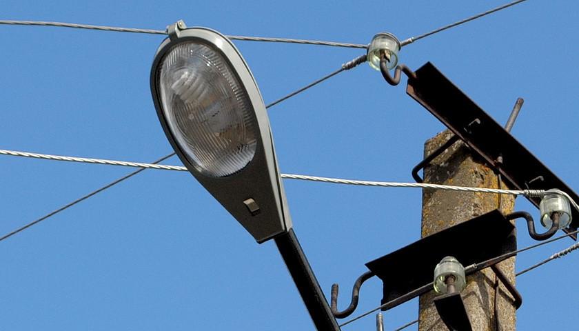 В Ямполі міняли перегорілі лампи у вуличних ліхтарях