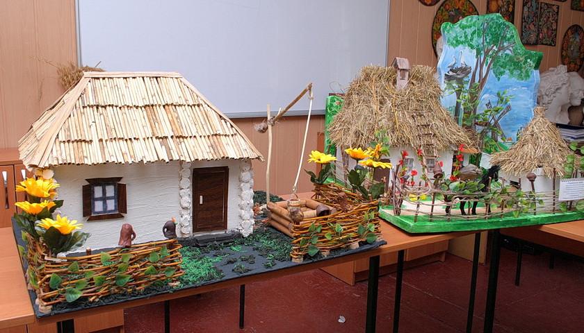 В Ямполі триває виставка макетів традиційних українських хат